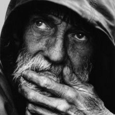 retrato-de-personas-sin-hogar-pensativa_2638391