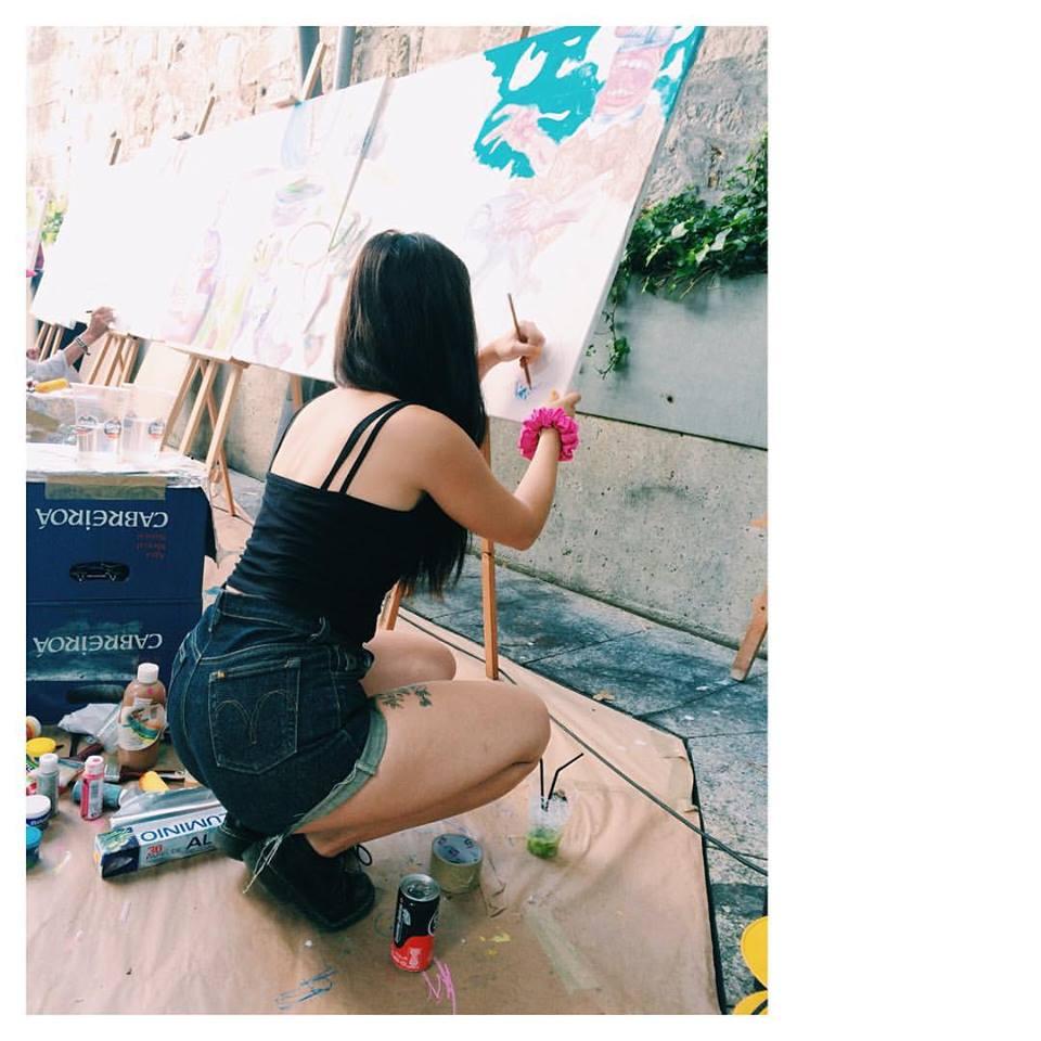 Cadaver exquisito, un mural pintado in situ por la gente del festival, que posteriormente se vendería. En la foto, Dea, de Los Bravú. Foto de Helena Exquis