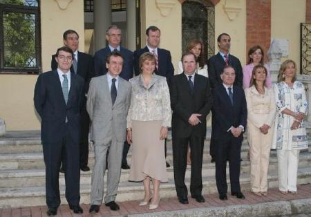 Gobierno de Juan Vicente Herrera. Con traje gris el portavoz del Gobierno