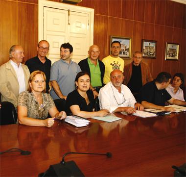 Elías Alvarez, en el centro de la imagen junto a José Coto, y el resto de grupo muncipal de PP de Mieres. Foto:NACHO ARIAS