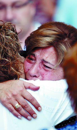 Doña Esther recibió muestras de carino tras el funeral en la Catedral. FOTO.- Luis López.